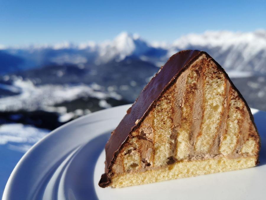 Aussichtscafe mit besonderem Kuchen: Im Cafe 2064 kannst du diesen Pyramidenkuchen bestellen