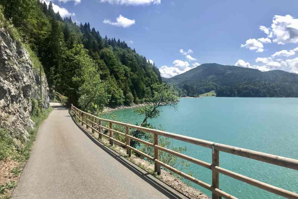 Von Urfeld führt dieser Radweg am Walchensee entlang nach Sachenbach