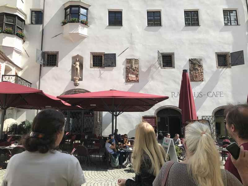 Vor dem Rathaus bei der Stadtführung durch Hall in Tirol