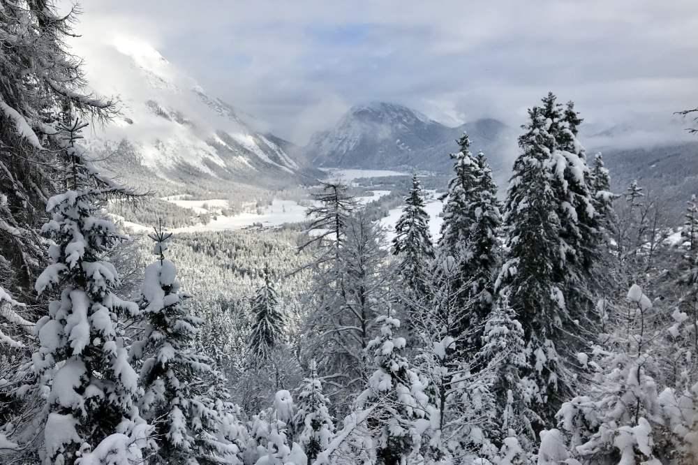 Rauthhütte winterwandern: Der Blick vom Aufstieg über die Leutasch im tiefsten Winter