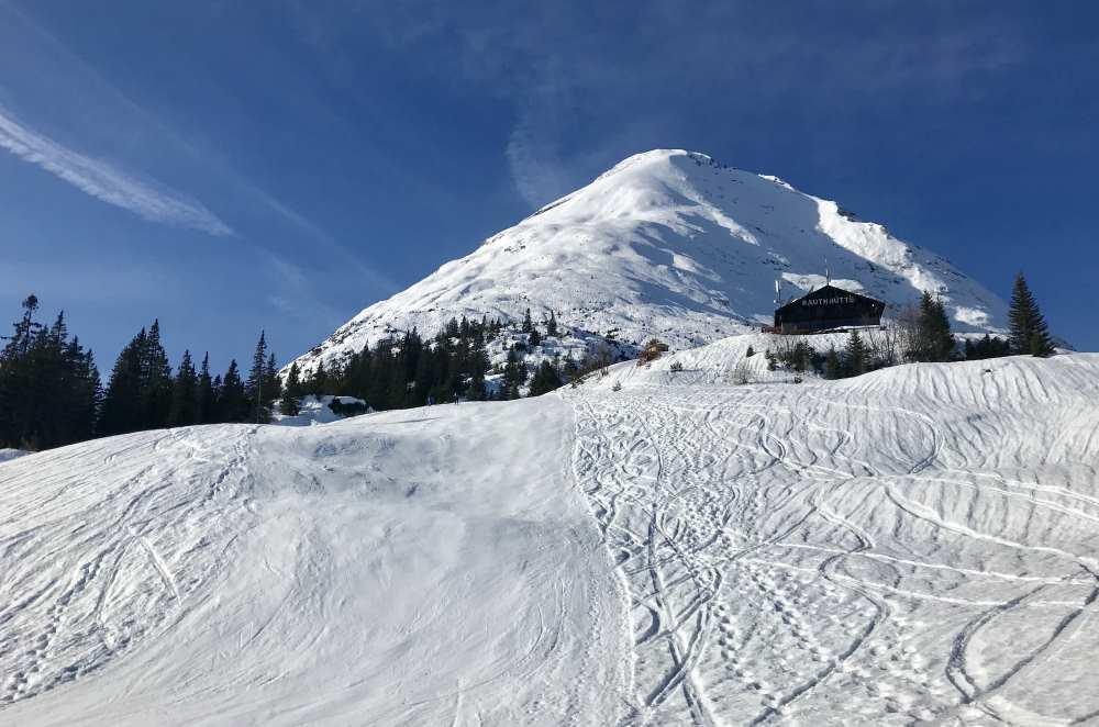 Das ehemalige Skigebiet ist heute beliebt für eine Skitour - die Piste wird noch präpariert