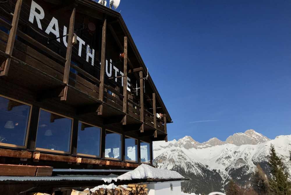 So schaust du vor der Rauthhütte auf das Wettersteingebirge mit der Zugspitze