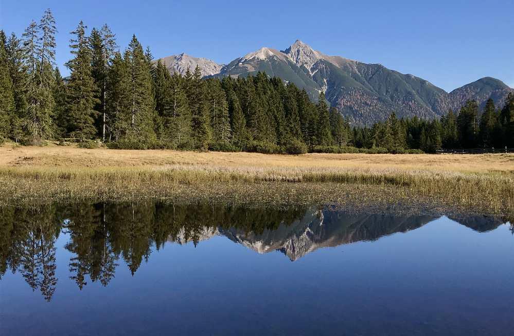 Im kleinen Bergsee in Wildmoos spiegelt sich das Karwendel mit der Reither Spitze