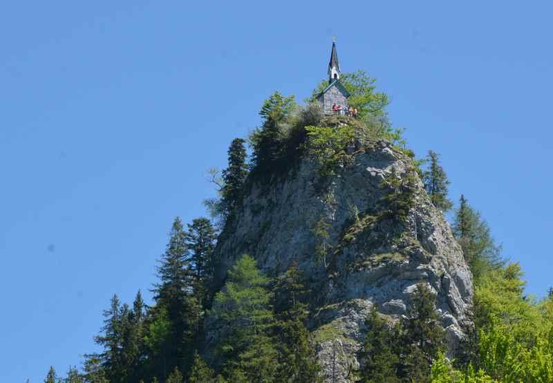 Von Galaun öffnet sich auch die Aussicht auf den steinernen Felsen des Riederstein mit der bekannten Kapelle