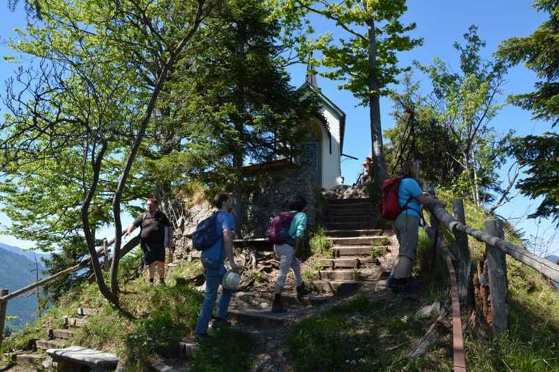 Die letzten Meter wandern wir auf Stufen hinauf zur Riederstein Kapelle