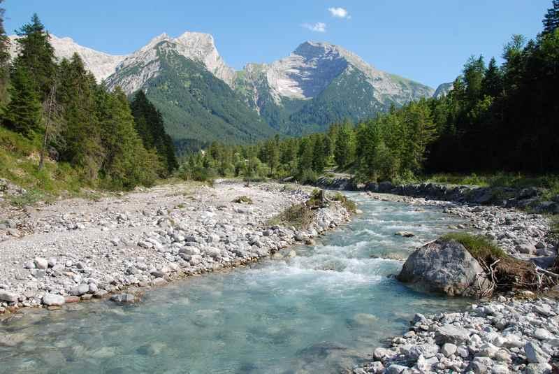 Der kristallklare Rißbach im Rißtal, hinten das Karwendel