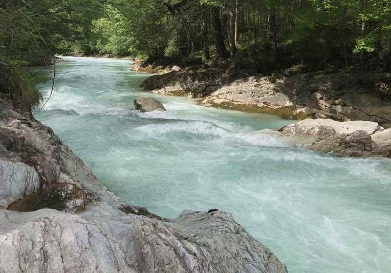 Am türkisgrünen Rißbach entlang führt eine einfache Flußwanderung