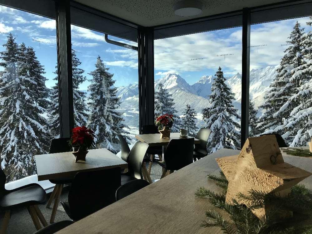 Vom Rodel Toni schaust du über die Winterlandschaft hinüber auf das Karwendel