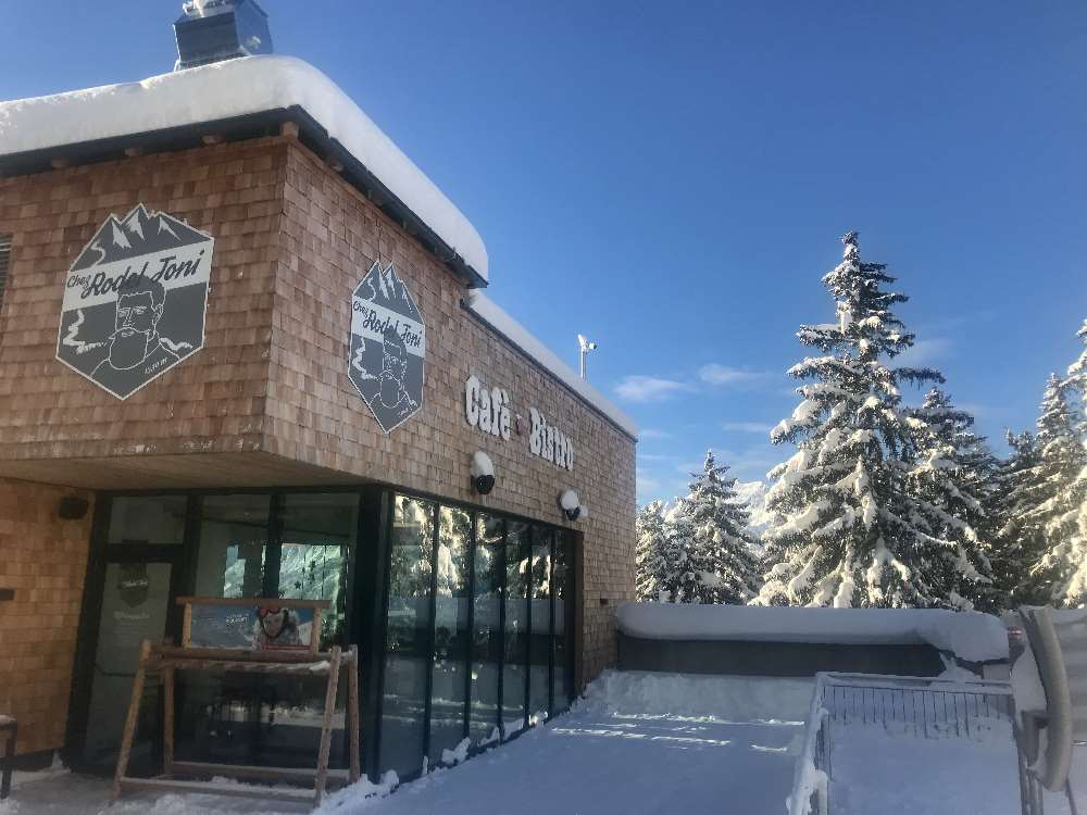 Der Rodel Toni ist an der Mittelstation im Skigebiet Kellerjoch