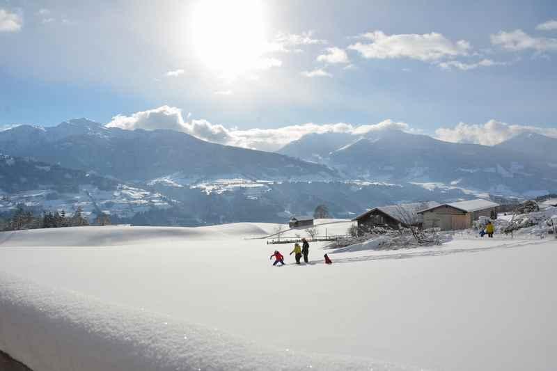 Zum Rodeln mit Kindern geht´s gut im Karwendel. Dazu gehört für die Kinder auch das Spielen im Schnee. Wir haben Zeit für den Anblick der Winterlandschaft.