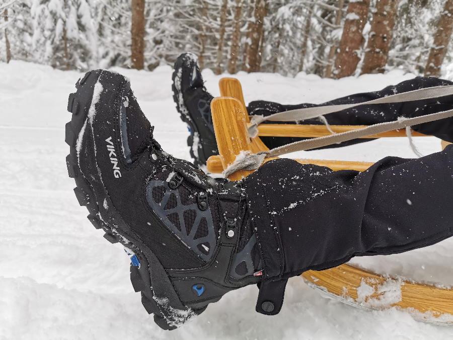 Gehören zur Rodelausrüstung: Gute Rodelschuhe. Wir lieben diese Winterschuhe von Viking, der VIKING Constrictor II Boa
