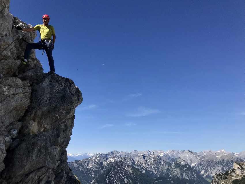 Der Rofan Klettersteig ist auch als 5 Gipfel Klettersteig bekannt - hier auf der Haidachstellwand mit Blick zum Karwendel
