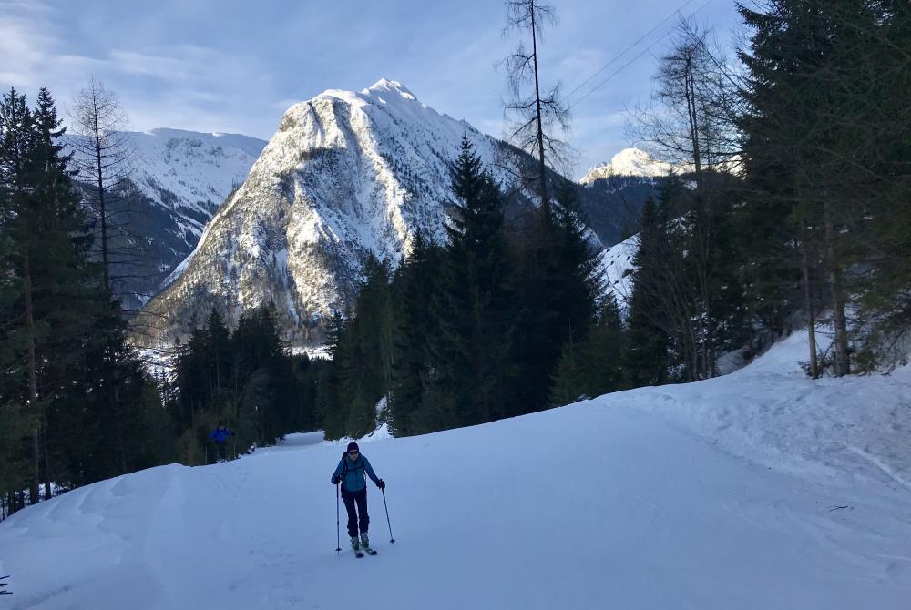 Von unten weg gibt es tolle Blicke: Hier der Bärenkopf mit den ersten Sonnenstrahlen im Karwendel