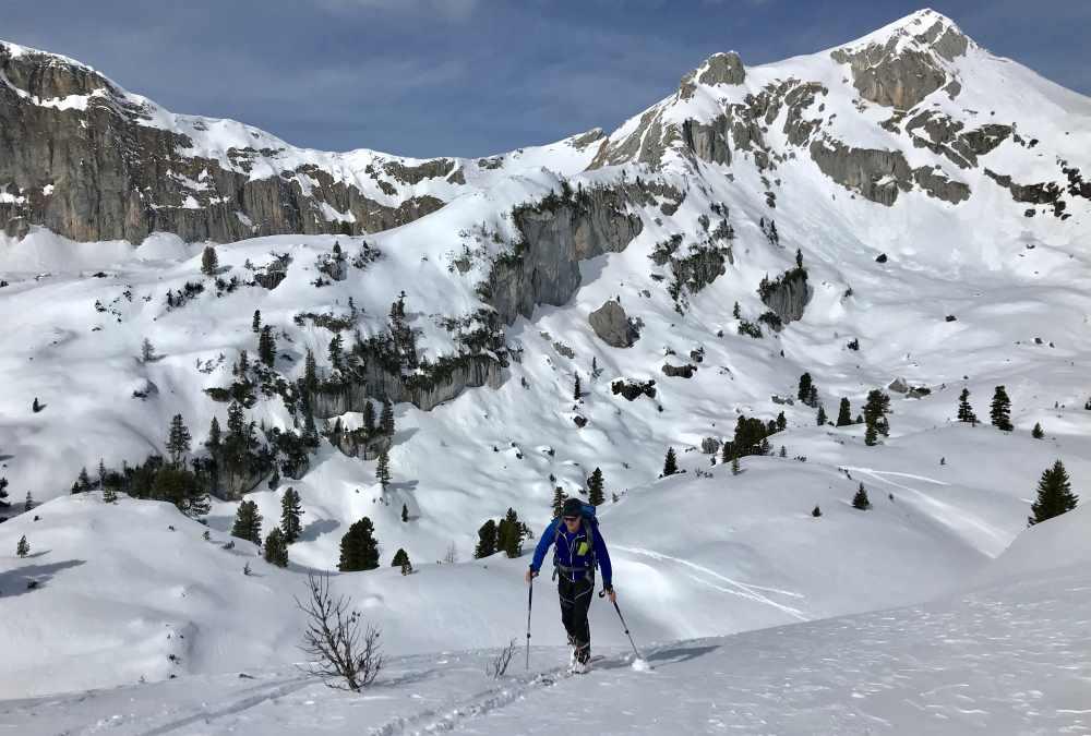 Die letzten Meter auf den Gipfel des Gschöllkopfs - hinten schön zu sehen: Der Hochiss, der höchste Berg des Rofan