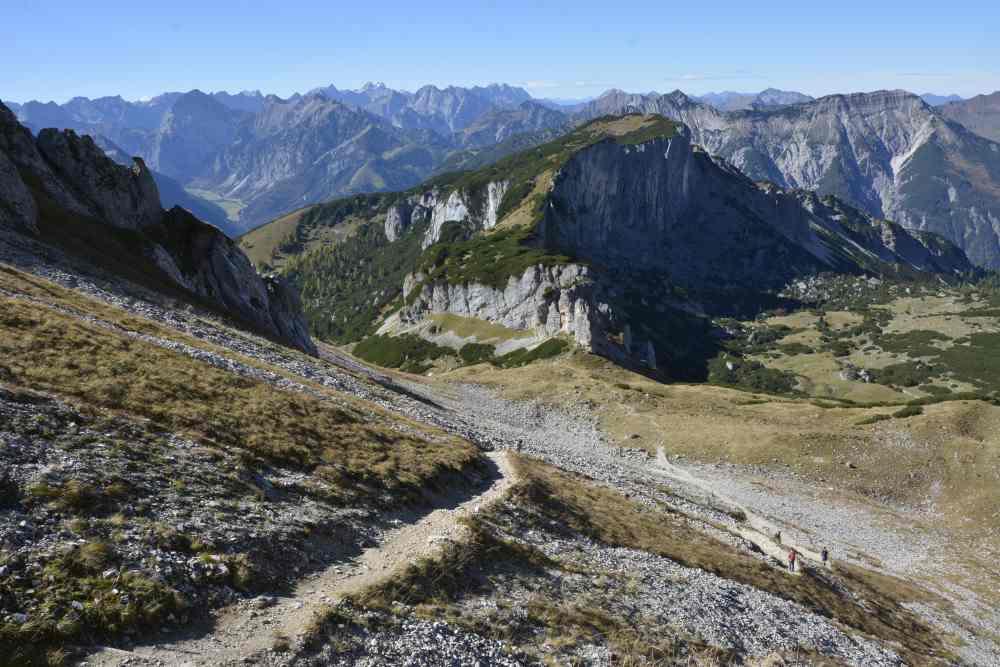 Das ist der tolle Ausblick von der Wanderung auf den Hochiss zum Karwendel hinüber
