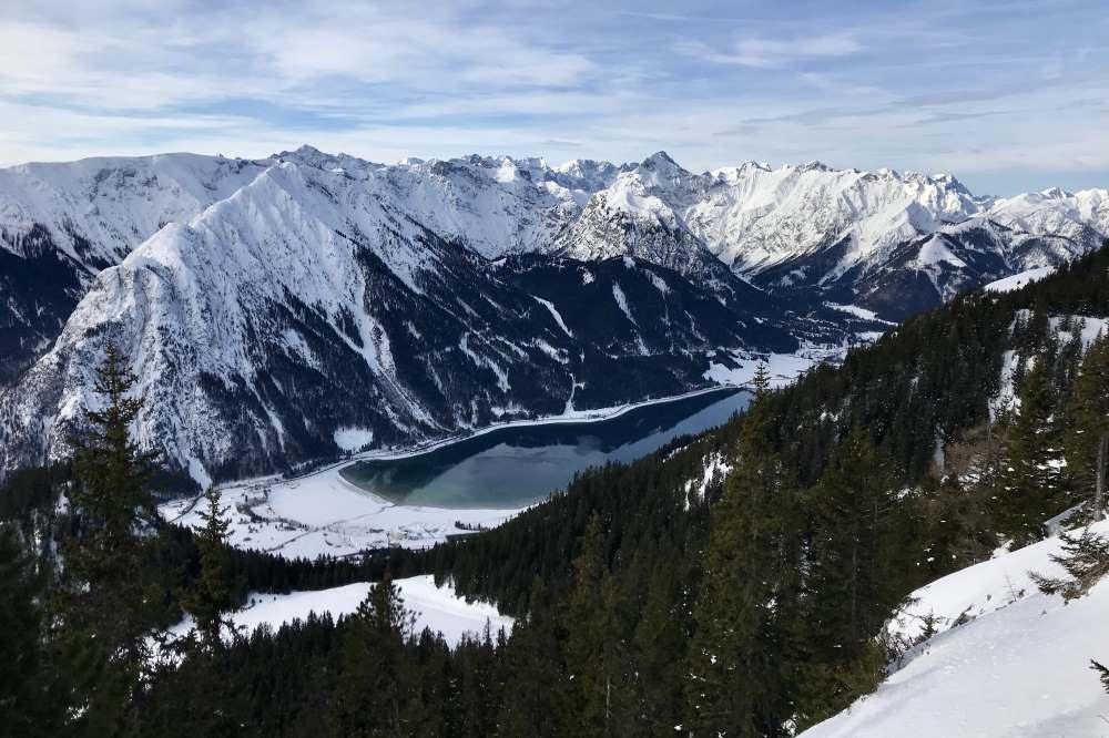 Das ist der Blick von oben auf den winterlichen Achensee und das Karwendel