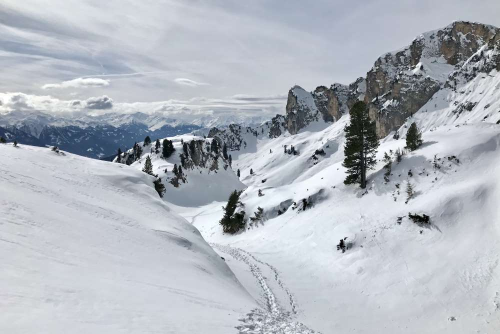 Aus der Ebene unterhalb der Dalfazer Wände geht es in dieser schönen Winterlandschaft hinauf