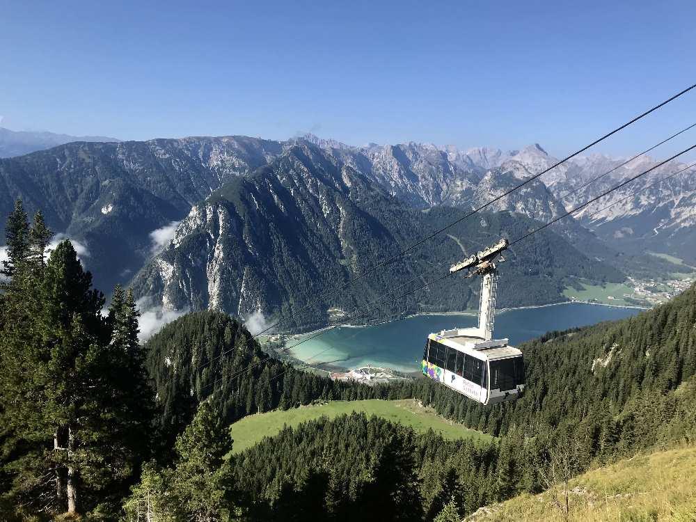 Karwendel wandern mit Ausblick auf den See - die Rofanseilbahn ist perfekt für den Aufstieg
