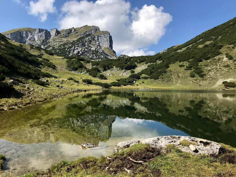Mit Bahn hinauf und oben zu diesem schönen Bergseen wandern