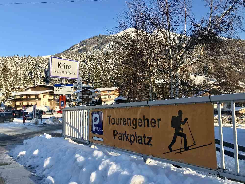 Dank Beschilderung ist der Skitouren Parkplatz in Seefeld gut zu finden