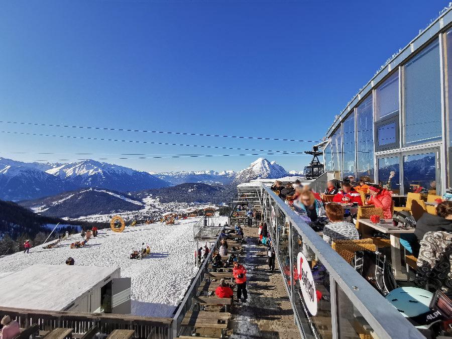 Die große Sonnenterrasse auf der Rosshütte - links im Bild die Liegestühle