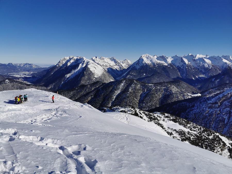 Das ist der Ausblick von oben auf die weißen Spitzen im Karwendel
