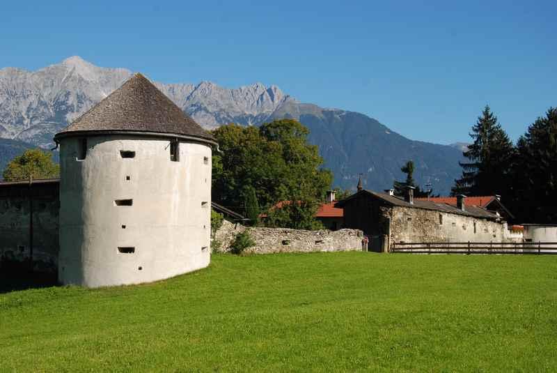 Die Ruine Rettenberg in Kolsassberg mit dem Karwendel - die Sehenswürdigkeit im Ort