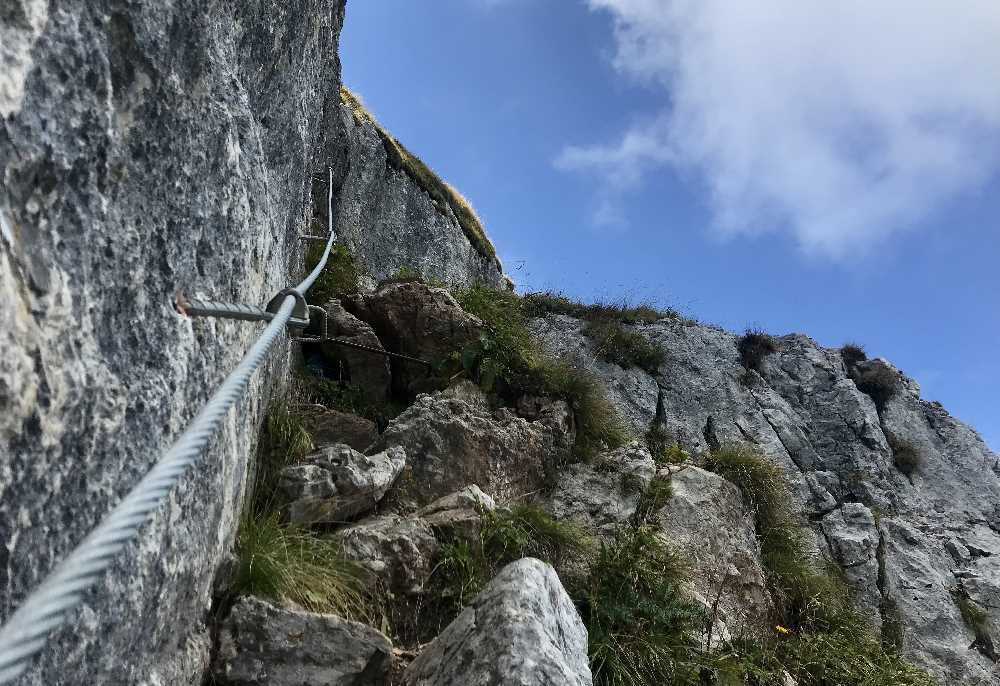 Das ist der Schafsteig, das Drahtseil gibt Halt an den steilen Stellen