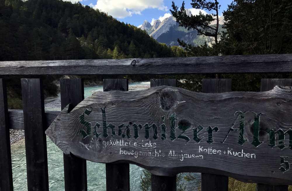 Hier ist auch schon das Schild zur Scharnitzer Alm - über die Brücke und dann links