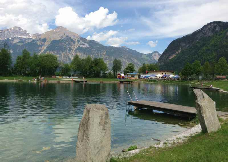 Ein schöner Badesee in Tirol: Der Schlitterer See im Zillertal, hinten das Rofan