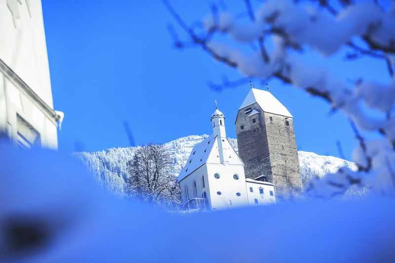 Der Blick von der Altstadt Schwaz auf das Schloss Freundsberg in Tirol, Foto: Tom Bause