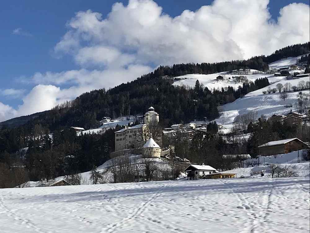Schloss Friedberg ist in Sichtweite und begleitet mich ein Stück auf meiner Skitour