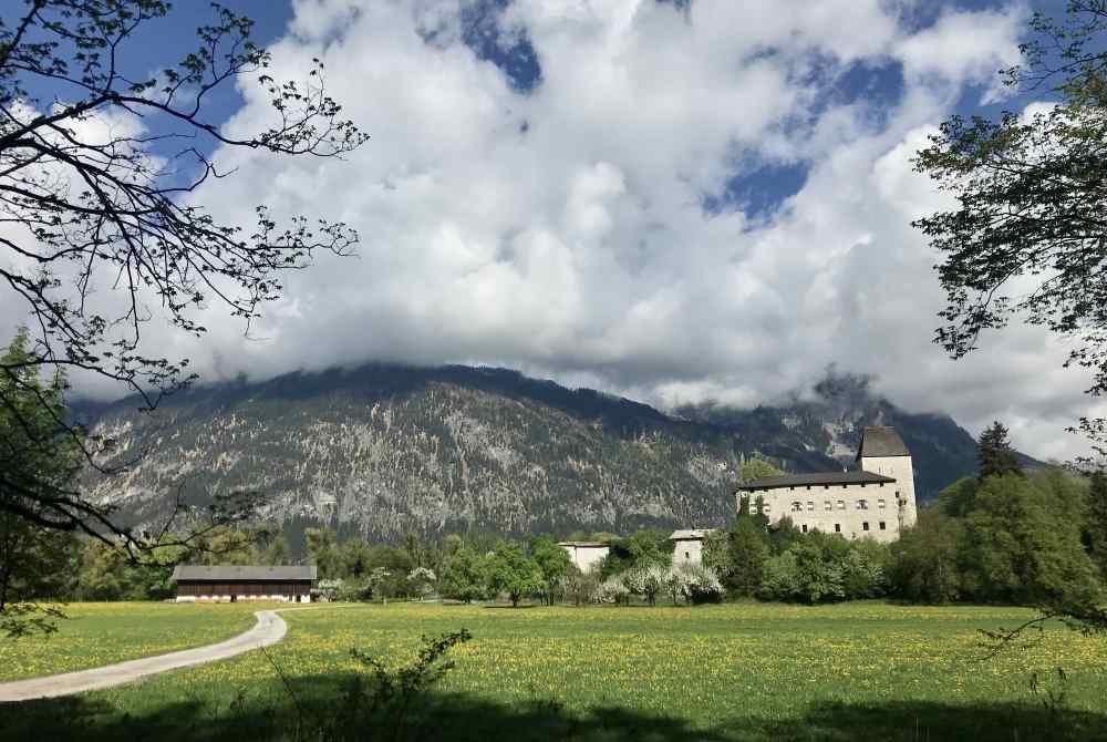 Auf der E-Biketour kurz vor Brixlegg: Das Schloss Lichtwerth im Inntal, Tirol