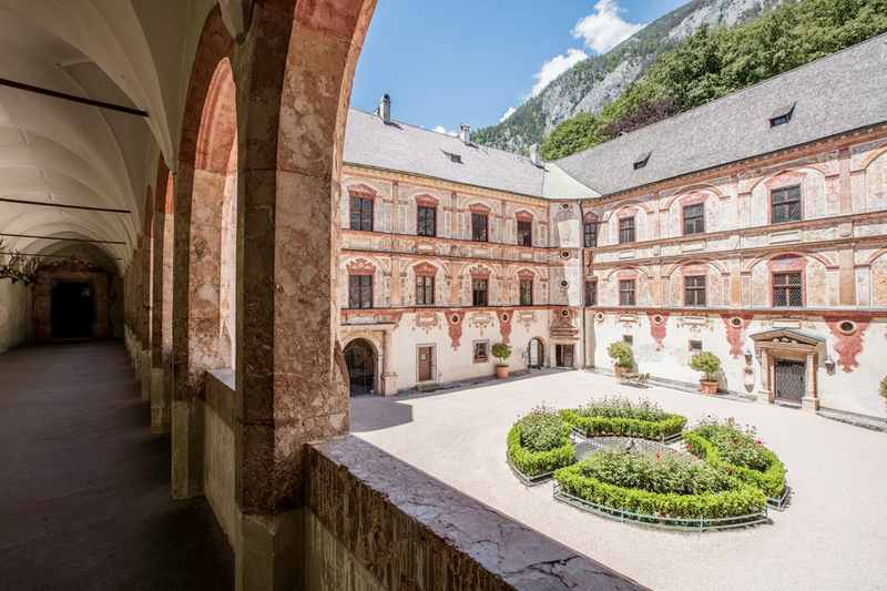 Im Schloß Tratzberg mit Kindern - spannend für Familien auf den Spuren des Mittelalters durch die herrschaftlichen Gänge im bekannten Schloß in Tirol