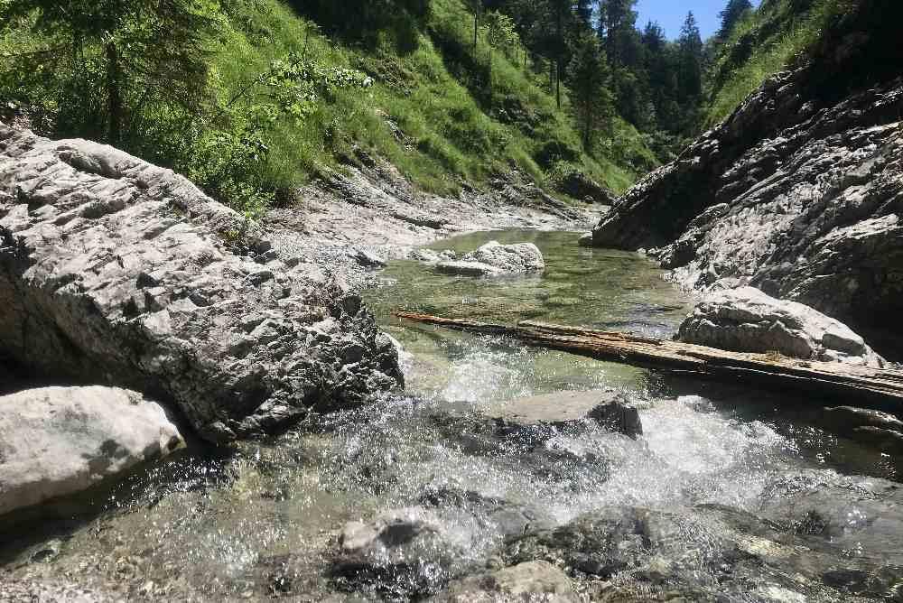 Glasklares, kaltes Wasser fließt durch die Schlucht am Walchensee
