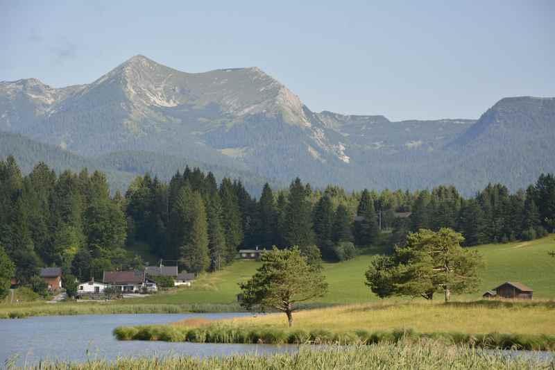 Der Schmalensee liegt zwischen Krün und Mittenwald und lockt mit diesem Bergblick