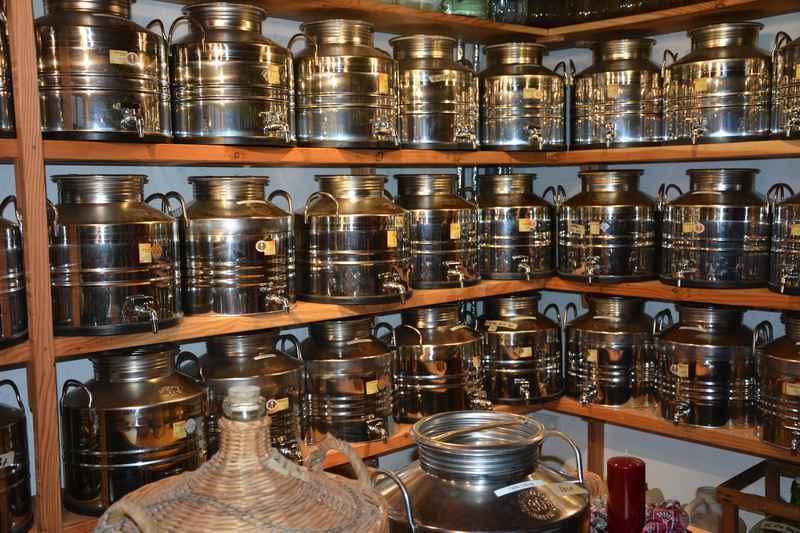 Das gut gefüllte Lager in der Schnapsbrennerei Rossetti - viele, viele Sorten...