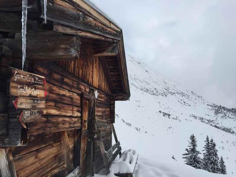 Das Ziel der Schneeschuhtour: Die kleine Hütte des Naunzalm Hochleger, leider nicht bewirtschaftet, aber mit Rastbank