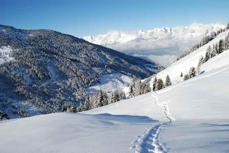 Im Karwendelgebiet Schneeschuhwandern und frische Spuren im Schnee ziehen, toller Blick zum Karwendel