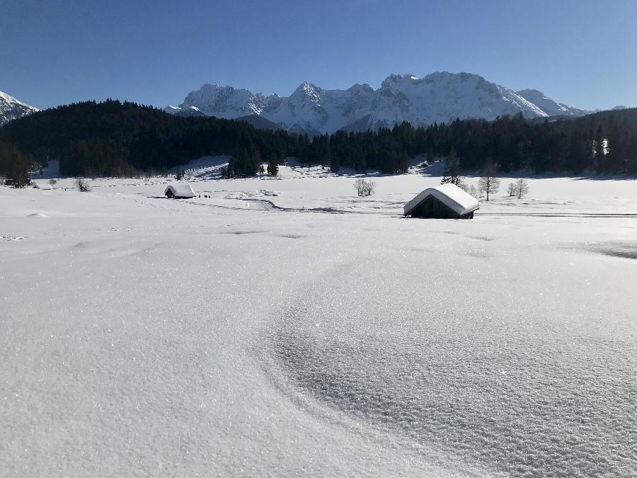 Schneeschuhwandern in Mittenwald, auch in Krün und Wallgau gibt es schöne Schneeschuhwanderungen über die Buckelwiesen