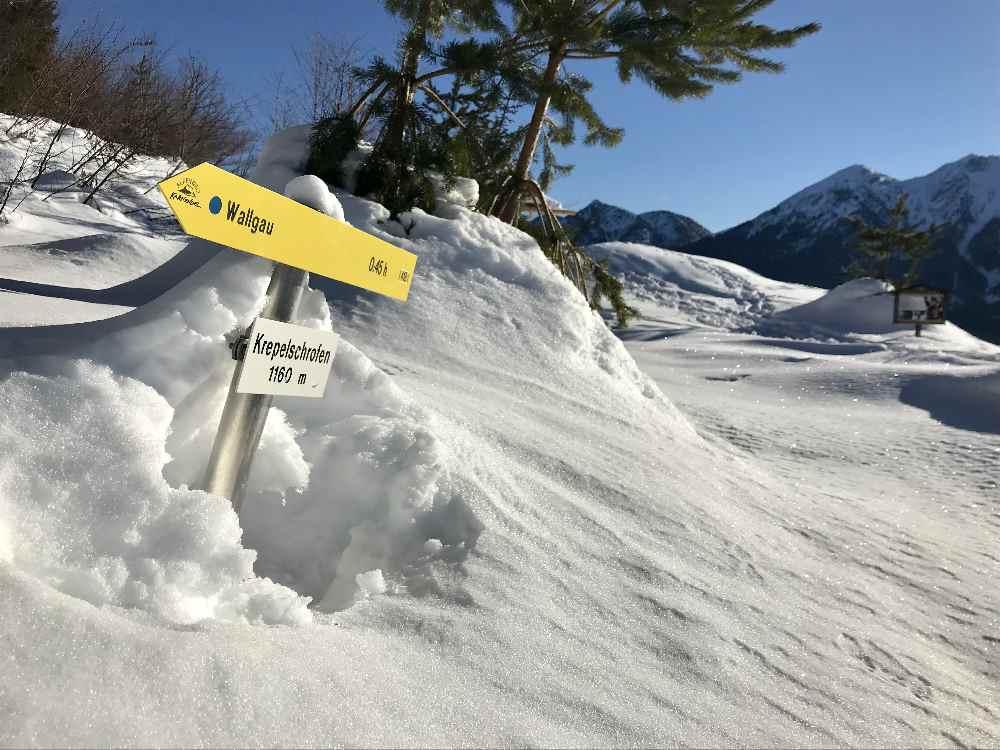 Wenn soviel Schnee am Krepelschrofen liegt, lohnt sich das Schneeschuhwandern auf dem Steig!