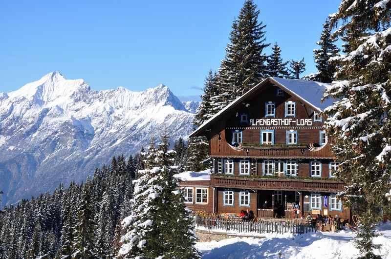 Schneeschuhwandern im Karwendel - nach der ersten Schneeschuhwanderung zu einer urigen Hütte einkehren, auf der Loas bei Schwaz