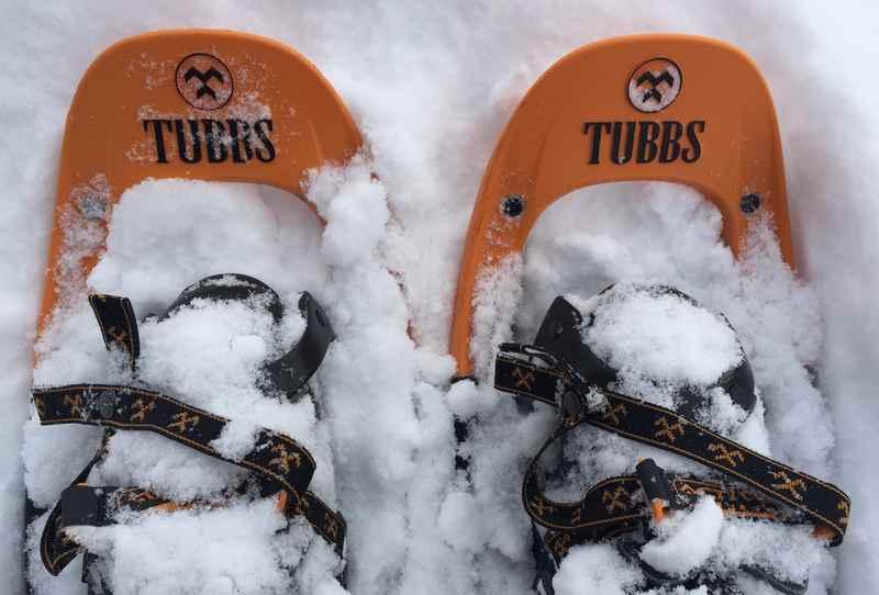Mit der richtigen Schneeschuhwandern Ausrüstung kannst du den Winter so richtig genießen und durch den Schnee stapfen