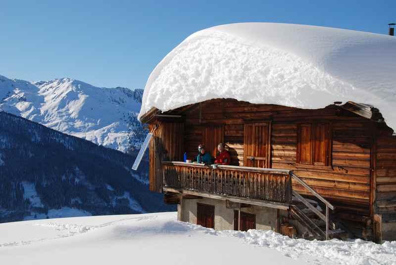 Besonders eindrucksvoll sind die verschneiten Almen und Hütten