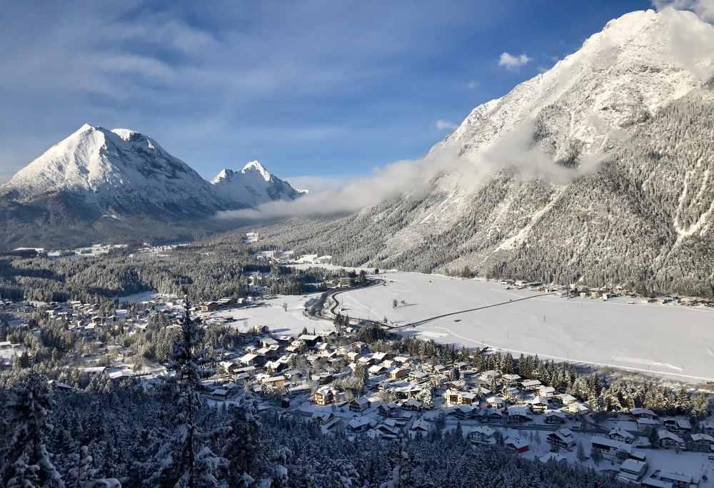 Von der Aussichtsplattform am Kurblhang überblickst du bei der Schneewanderung die Leutasch in Tirol