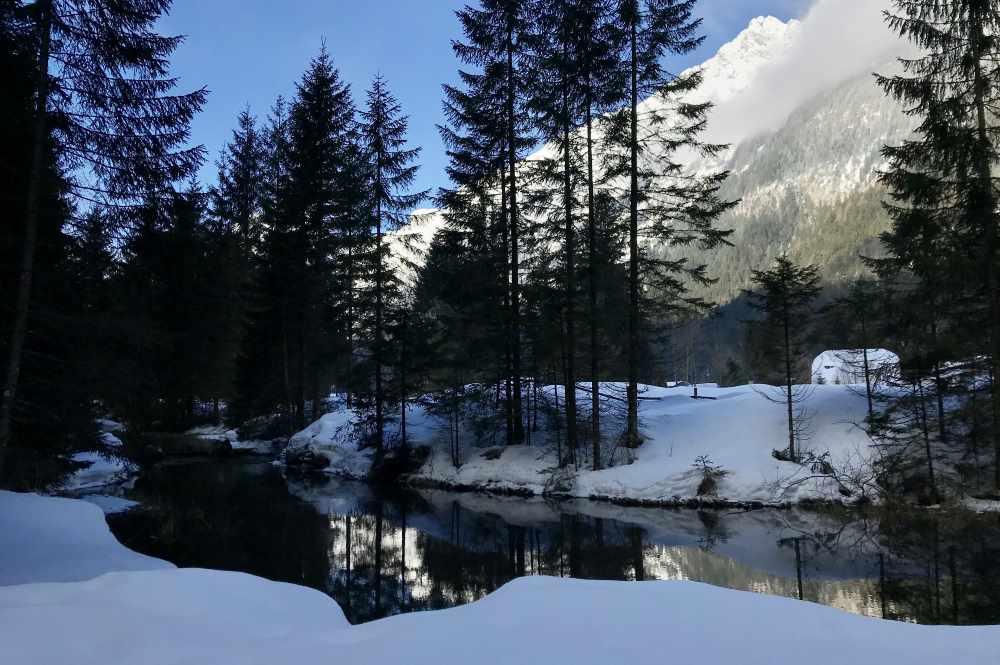 Die Schneewanderung in Tirol: Mit kleinem See und tiefverschneiten Bergen, traumhaft!