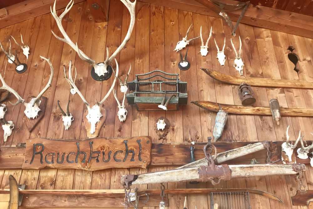 Urig ist die Einkehr in der Hütte in Leutasch