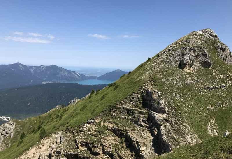 Am Gipfel der Schöttelkarspitze ist der Walchensee zu sehen