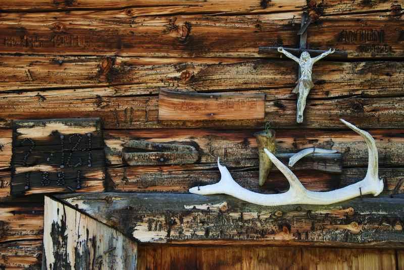 Rund um Schwaz gibt es noch viele urige Almen mit den schönen Holzwänden