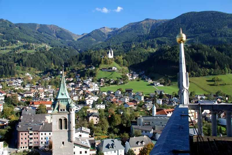 Ein Sommer in Schwaz? - der Blick von der Stadt auf die Burg Freundsberg und das Kellerjoch